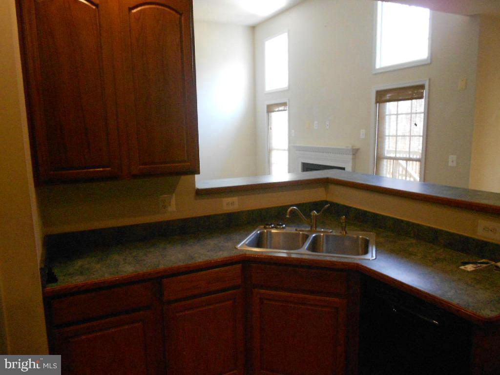 Open concept kitchen overlooks family room - 11705 WILDERNESS PARK DR, SPOTSYLVANIA