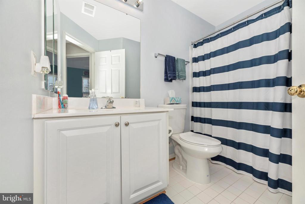 Upper Level Hall Full Bathroom - 25371 DAMASCUS PARK TER, DAMASCUS