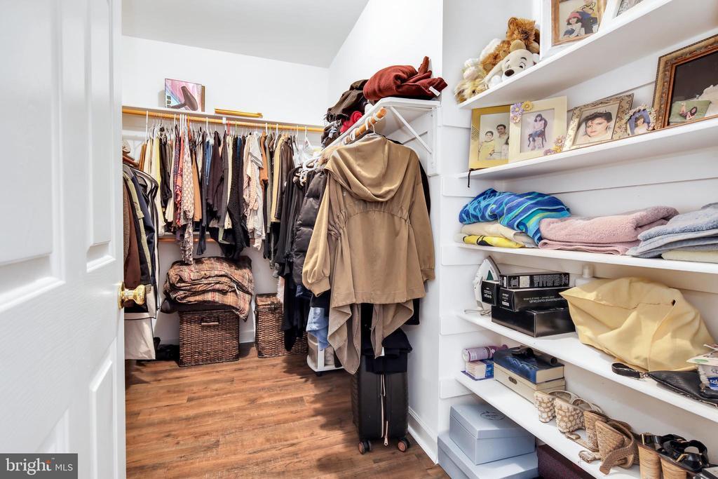 Deep walk in closet - 47285 OX BOW CIR, STERLING