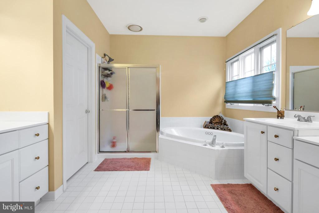 His and her vanities - 47285 OX BOW CIR, STERLING