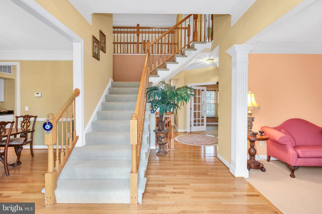 Bright and inviting 2 -story foyer - 47285 OX BOW CIR, STERLING