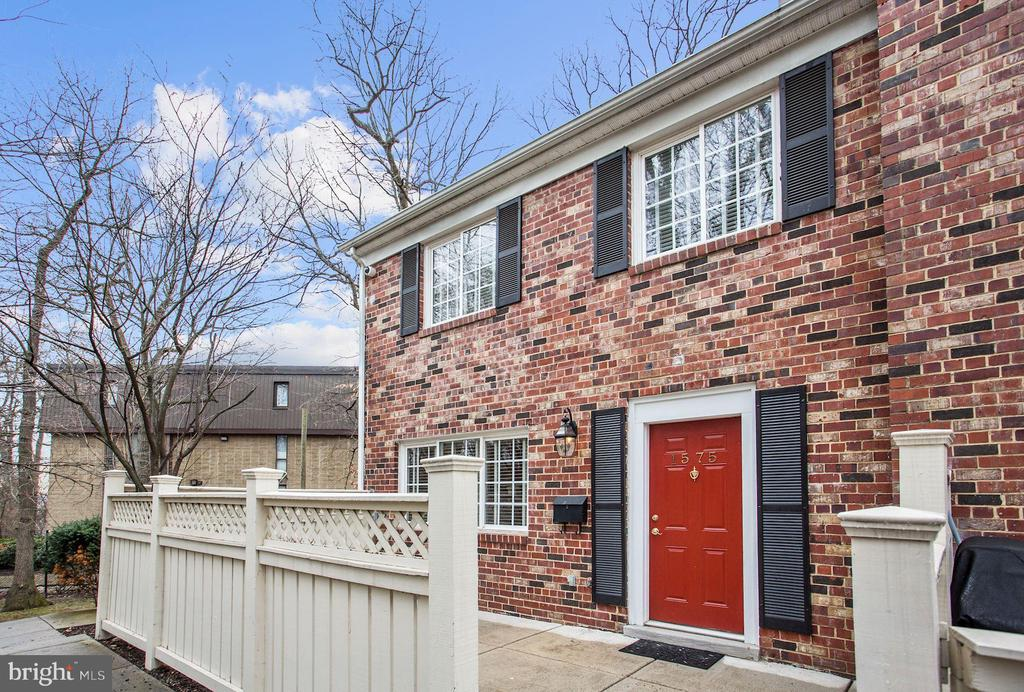 Lovely end unit home facing the woods - 1575 N VAN DORN ST, ALEXANDRIA