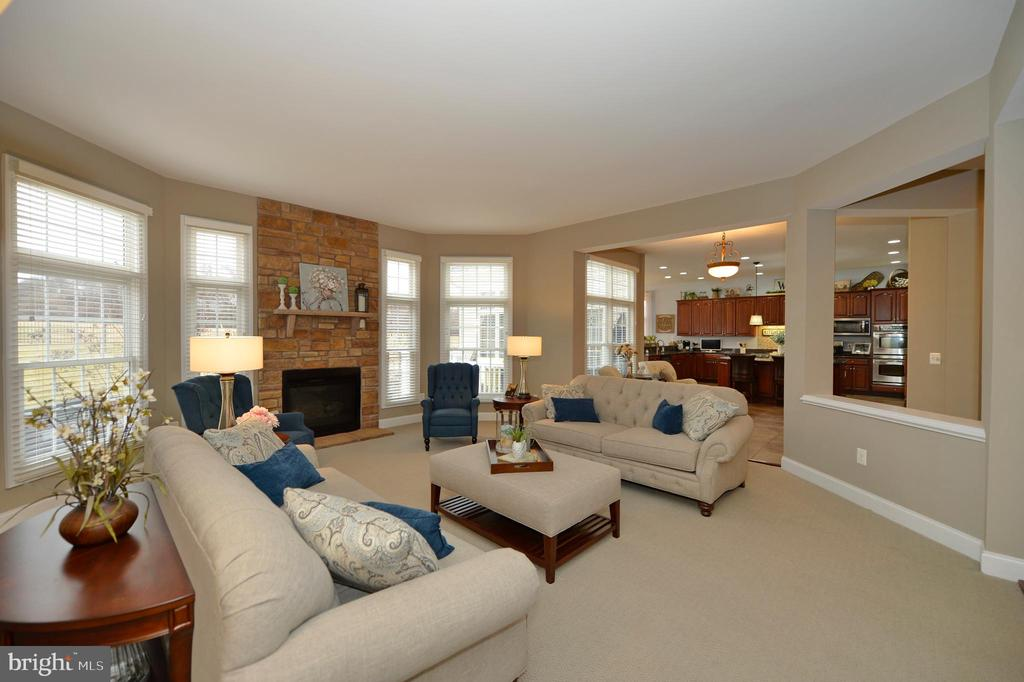 Spectacular Family Room Open to the Kitchen - 36335 SILCOTT MEADOW PL, PURCELLVILLE