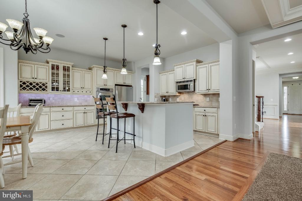 Gourmet Kitchen with Upgraded Cabinets - 21883 KNOB HILL PL, ASHBURN