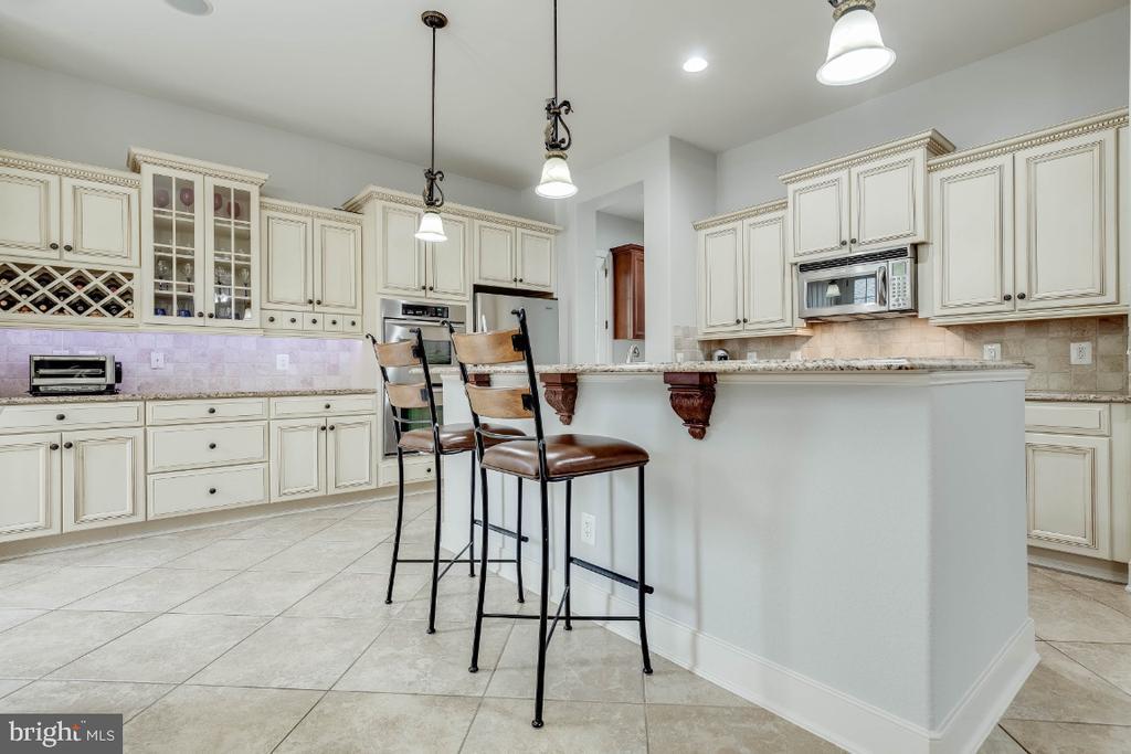 Gourmet Kitchen with Breakfast Bar - 21883 KNOB HILL PL, ASHBURN