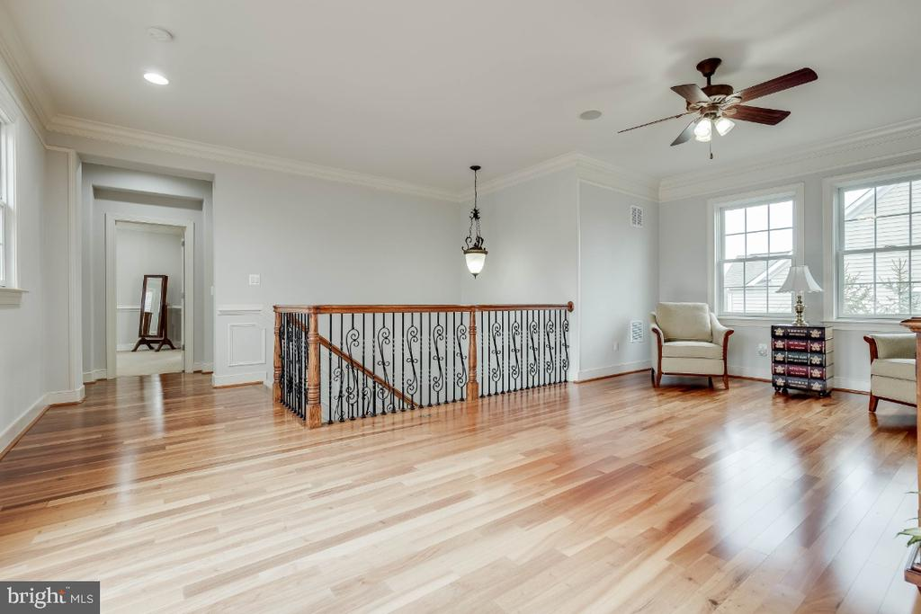 Upper Loft with  Wrought Iron Ballusters - 21883 KNOB HILL PL, ASHBURN