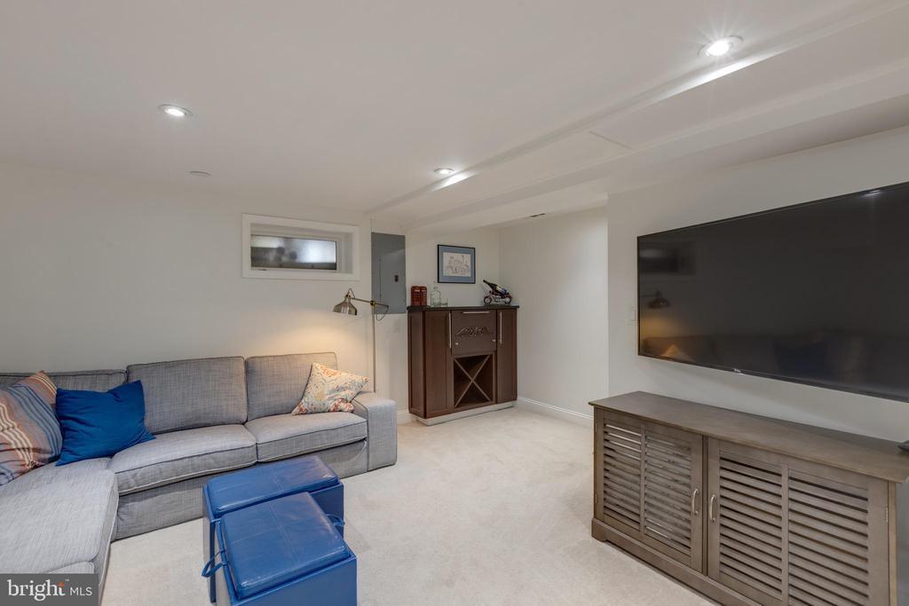 Roomy and cozy for entertaining friends for TV - 1106 PORTNER RD, ALEXANDRIA