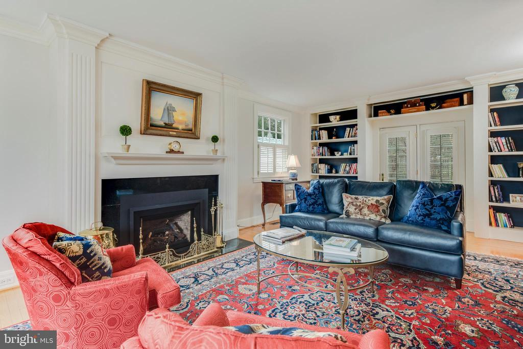 Spacious Living Room w/ gas fireplace - 136 LAFAYETTE AVE, ANNAPOLIS