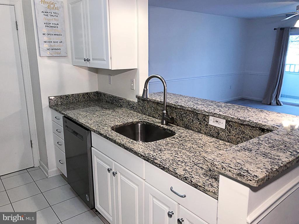 Updated kitchen w granite and stainless appliances - 7700 LAFAYETTE FOREST DR #23, ANNANDALE