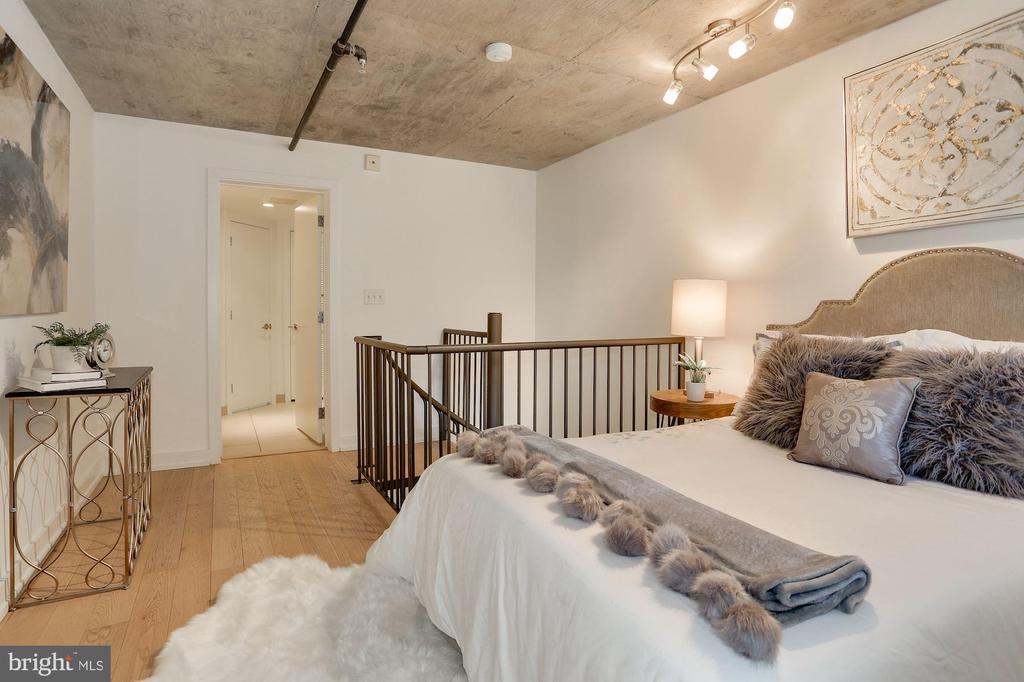 Sleeping loft and en suite bathroom - 1515 15TH ST NW #206, WASHINGTON