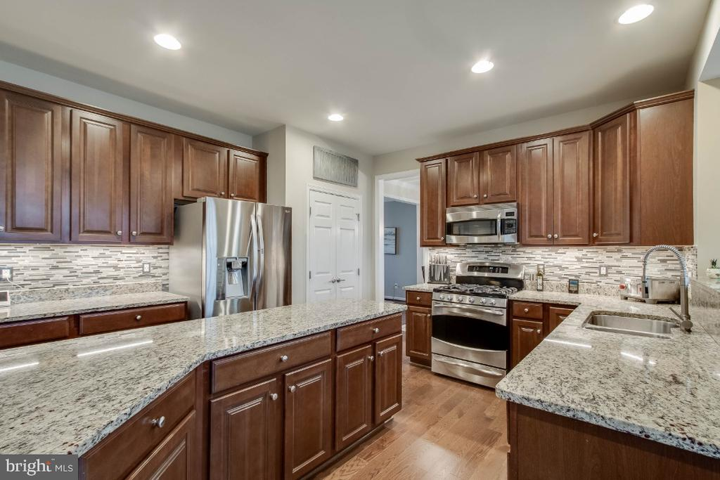 Gourmet Kitchen with Granite & Large Center Island - 26003 KIMBERLY ROSE DR, CHANTILLY