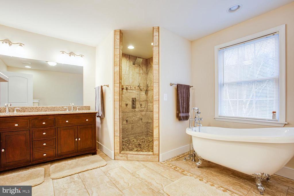Master bathroom - 2252 PARTLOW RD, BEAVERDAM