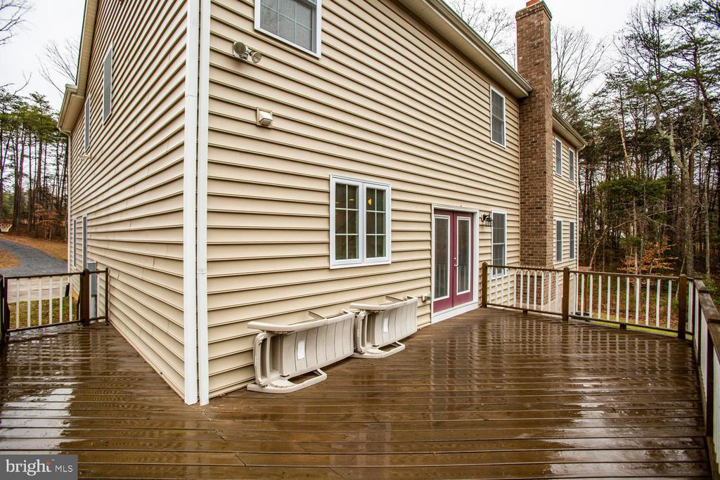 Large rear deck, perfect for entertaining - 2252 PARTLOW RD, BEAVERDAM