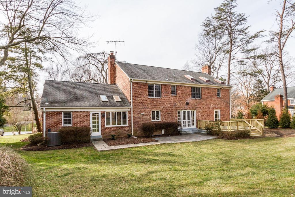 Gorgeously landscaped yard with irrigation system. - 6951 GREENTREE RD, BETHESDA