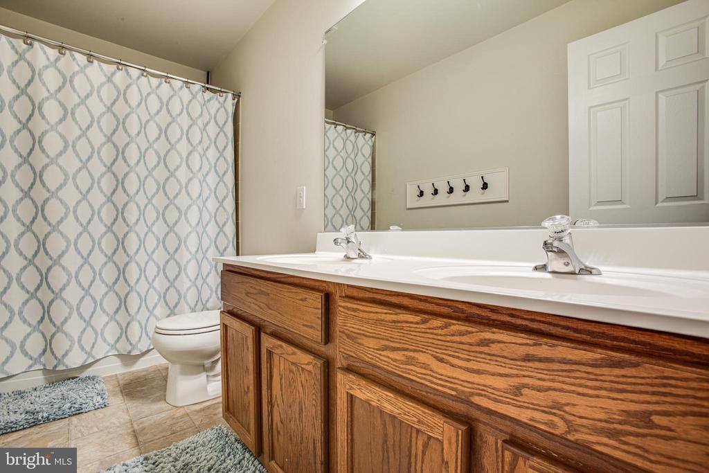 Upper Hall Bath with Dual Vanities - 24 IVY SPRING LN, FREDERICKSBURG