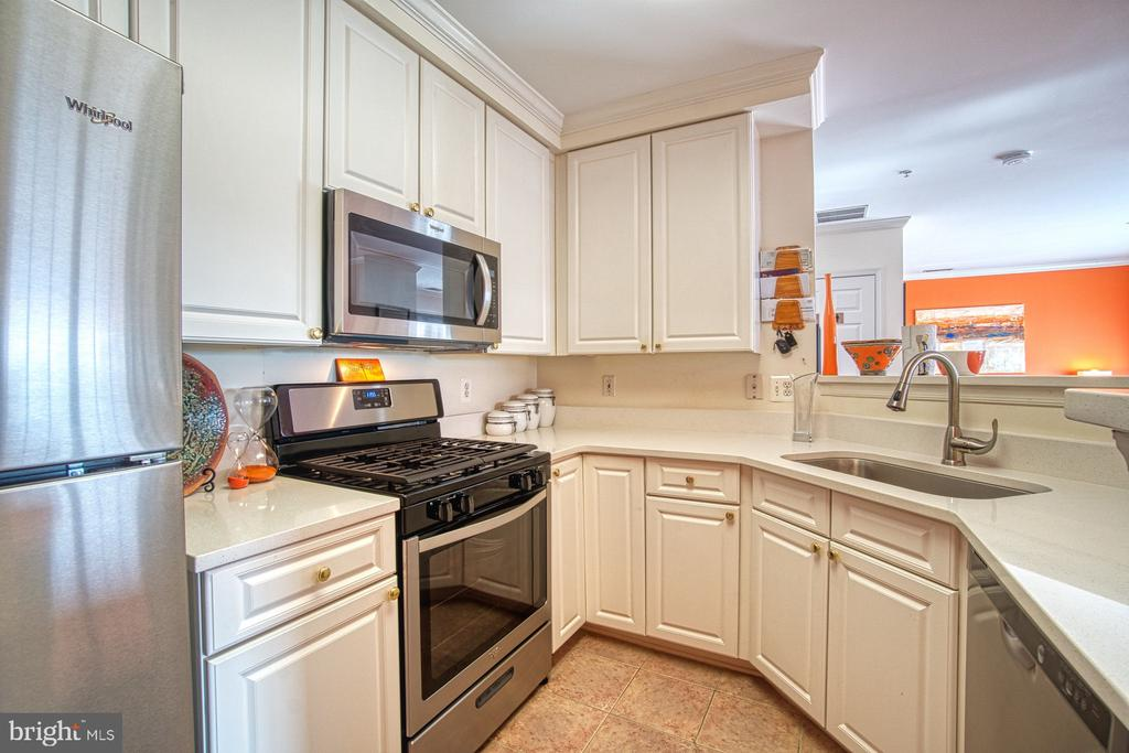 Updated Kitchen - Beautiful Quartz Countertops - 13388 SPOFFORD RD #304, HERNDON