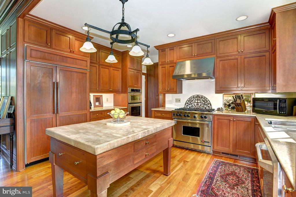 Custom cabinets - 205 MILL SWAMP RD, EDGEWATER