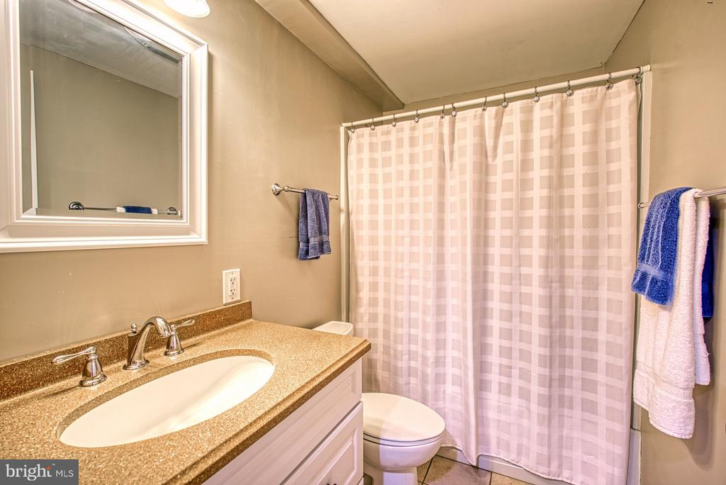 Full bath in the basement! - 4102 POPLAR ST, FAIRFAX