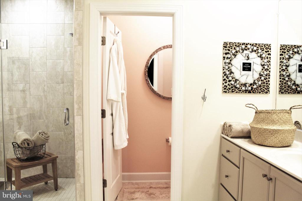 Master Bath w/Water Closet - 23100 LAVALLETTE SQ, BRAMBLETON