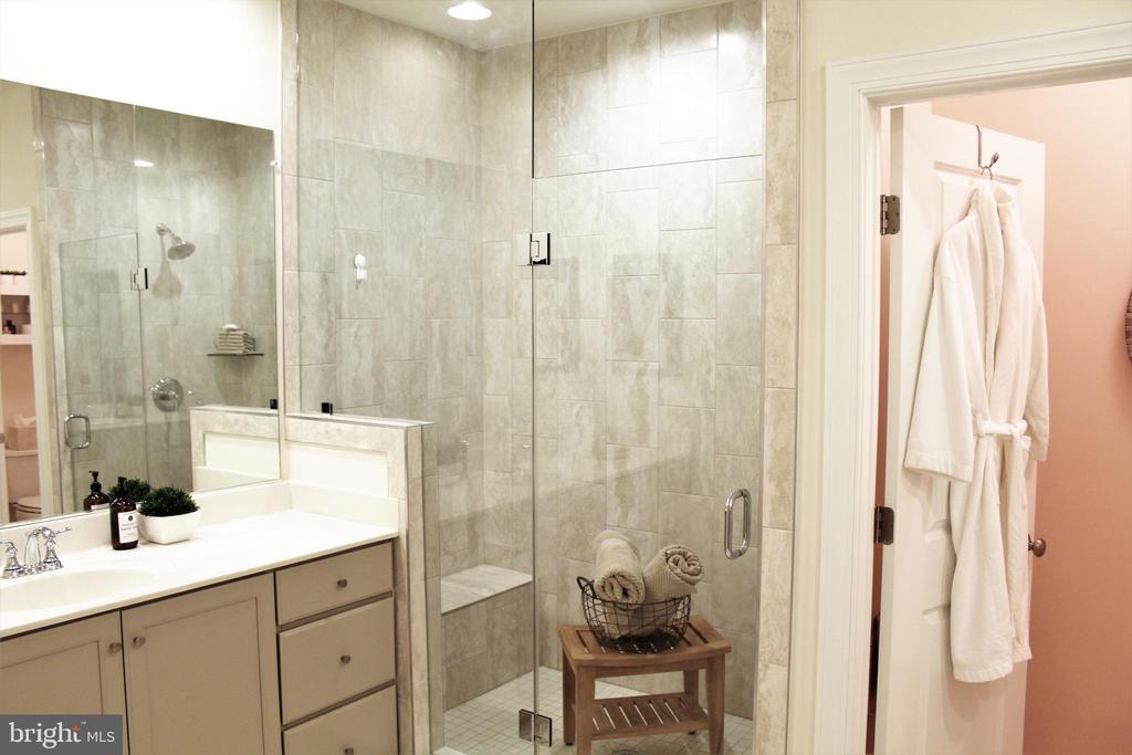 Upgraded Tiled Floor and Tiled Shower - 23100 LAVALLETTE SQ, BRAMBLETON