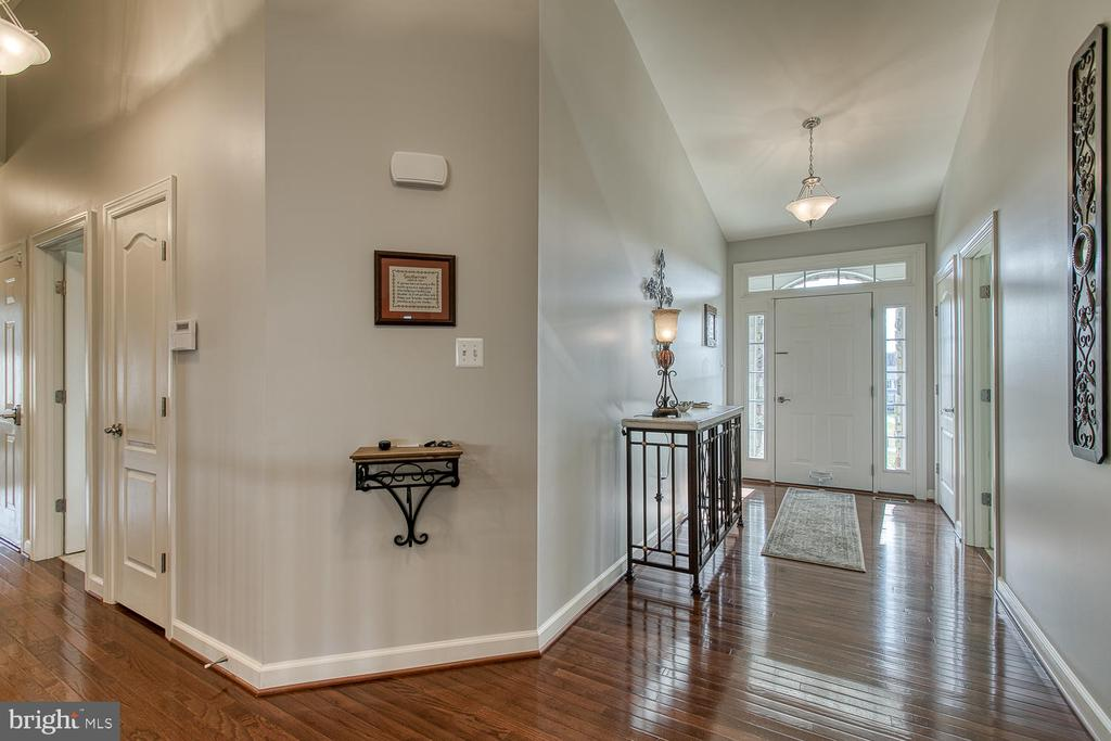 Open with gleaming floors. - 35 DONOVAN LN, STAFFORD