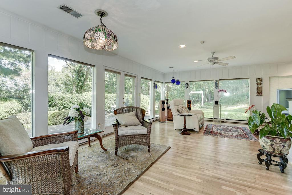 The sun drenched Family Room opens to the kitchen - 2747 N NELSON ST, ARLINGTON