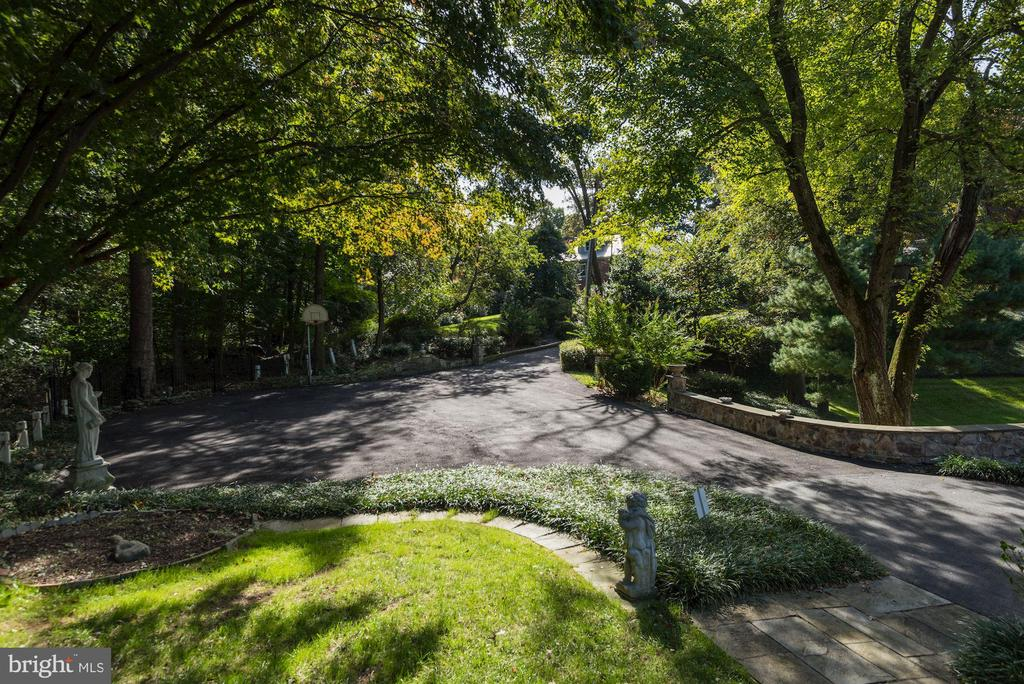 Substantial landscaping surrounds the property - 2747 N NELSON ST, ARLINGTON