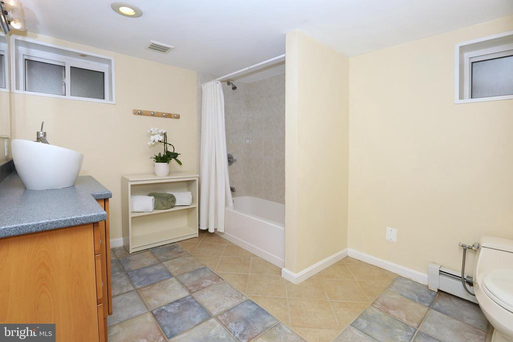 Large LL bath with tup/shower - 9020 SOUTHWICK ST, FAIRFAX