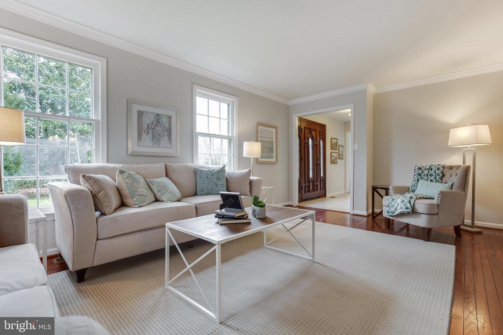 Living Room to Foyer - 4003 LATHAM DR, HAYMARKET