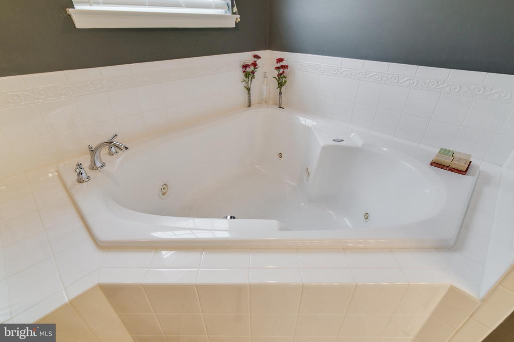 Jacuzzi tub - 2472 TRIMARAN WAY, WOODBRIDGE