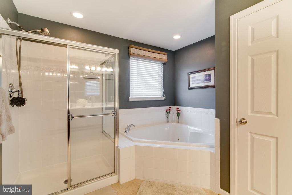 Separate shower and Jacuzzi tub - 2472 TRIMARAN WAY, WOODBRIDGE