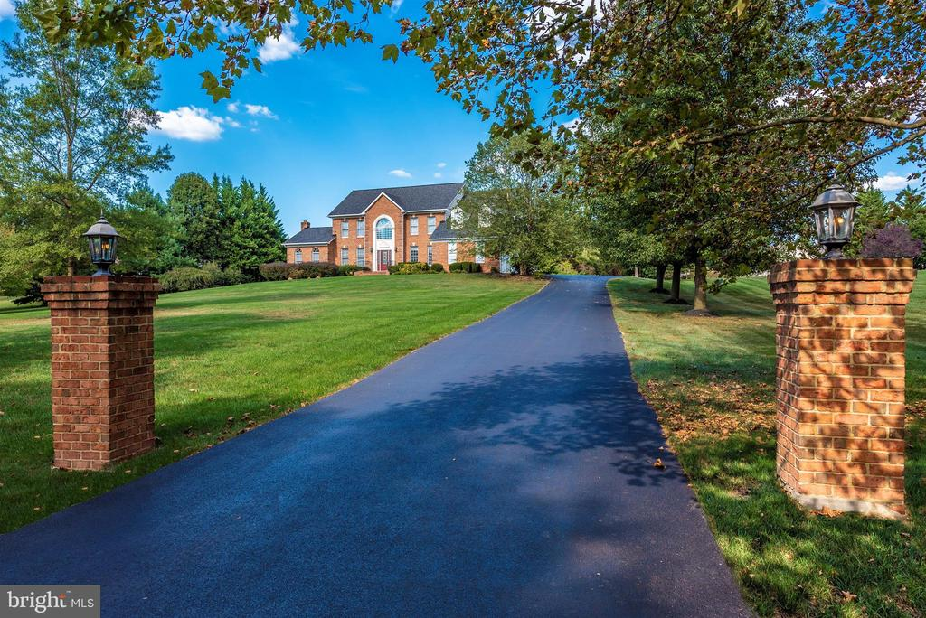 Stunning Property in The Greens - 5221 MUIRFIELD DR, IJAMSVILLE
