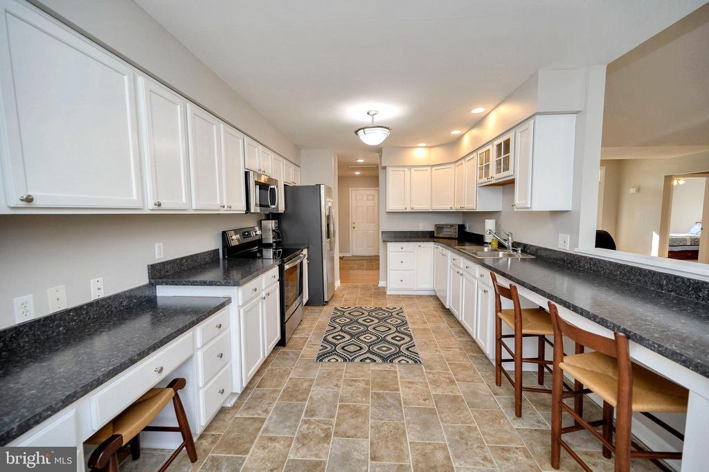 Plenty of counter space in this kitchen! - 104 CEDAR CT, LOCUST GROVE