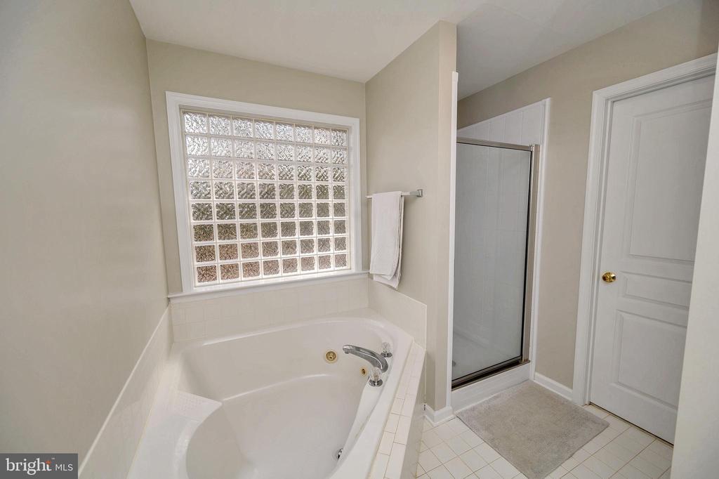 Master bath with separate shower - 104 CEDAR CT, LOCUST GROVE