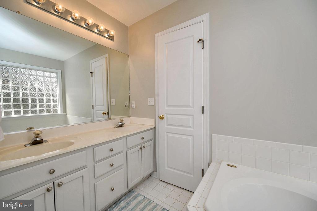Large master bathroom with soaking tub - 104 CEDAR CT, LOCUST GROVE