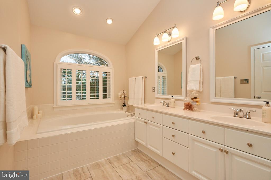 Beautiful Master Bath - 8831 EAGLE ROCK LN, SPRINGFIELD