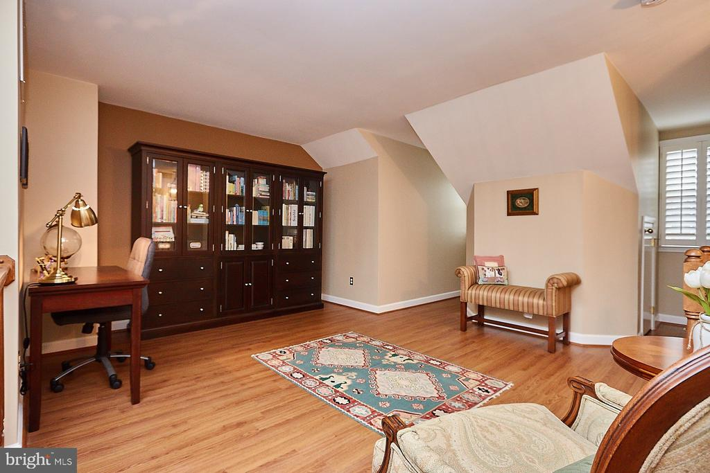 Multiple uses for this fabulous space! - 8831 EAGLE ROCK LN, SPRINGFIELD