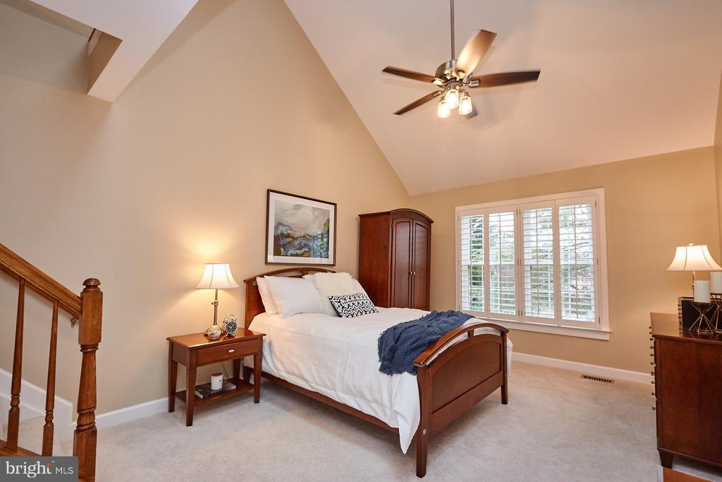 Beautiful Master with Vaulted Ceilings - 8831 EAGLE ROCK LN, SPRINGFIELD