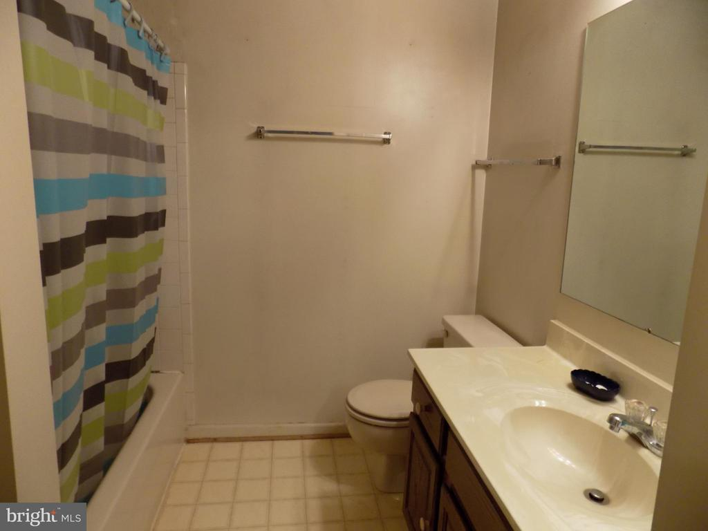 Full bath on upper floor - 3656 WHARF LN, TRIANGLE