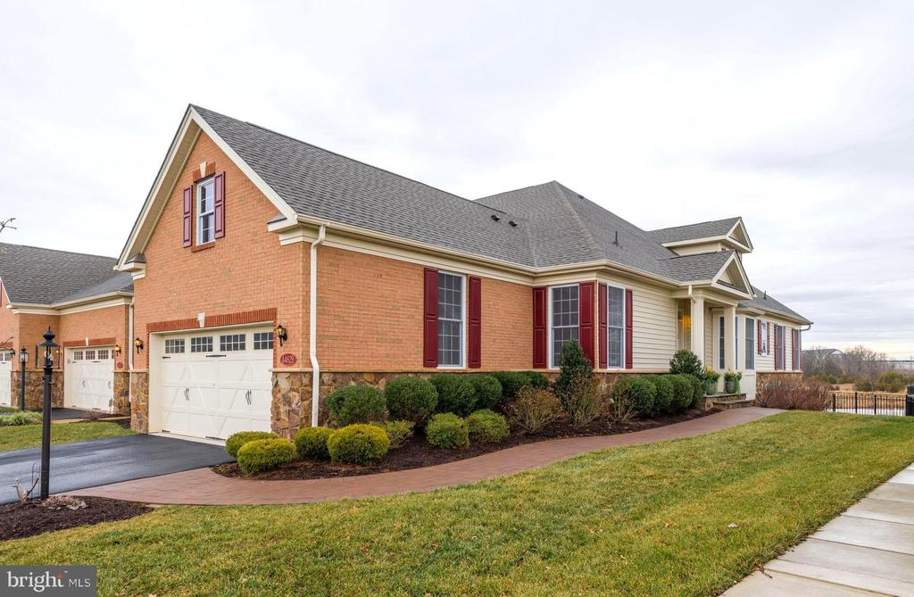 Welcome Home! Beautiful end unit with water view. - 44629 GRANITE RUN TER, ASHBURN