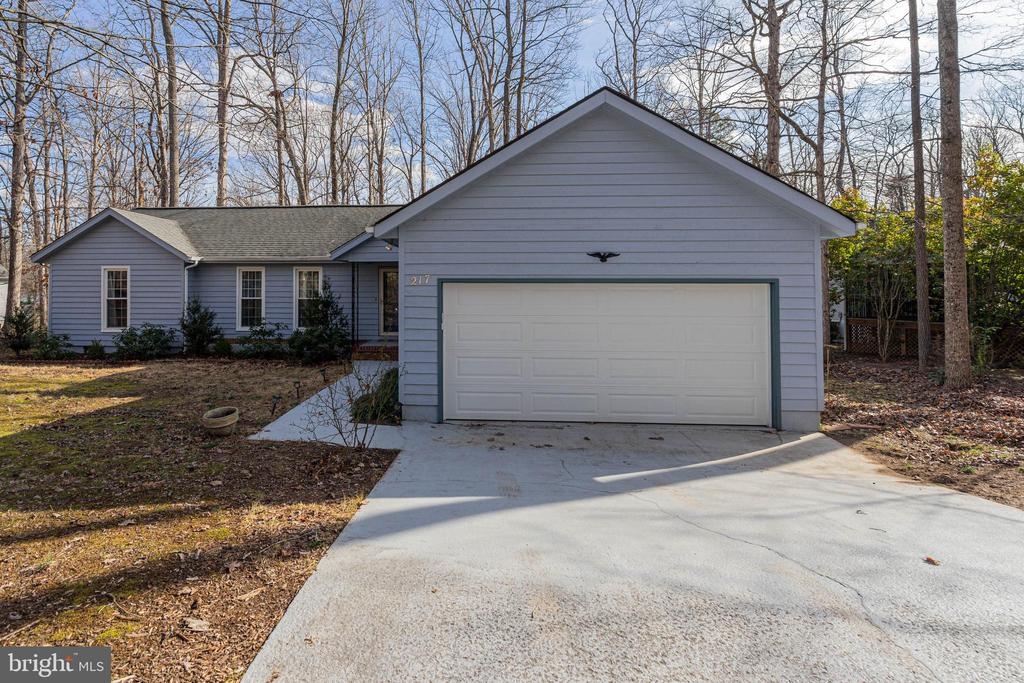 Large Paved Driveway with Oversized Garage - 217 MEADOWVIEW LN, LOCUST GROVE