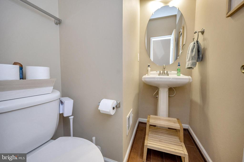 Main Floor Powder Room - 100 HOLMES ST, STAFFORD