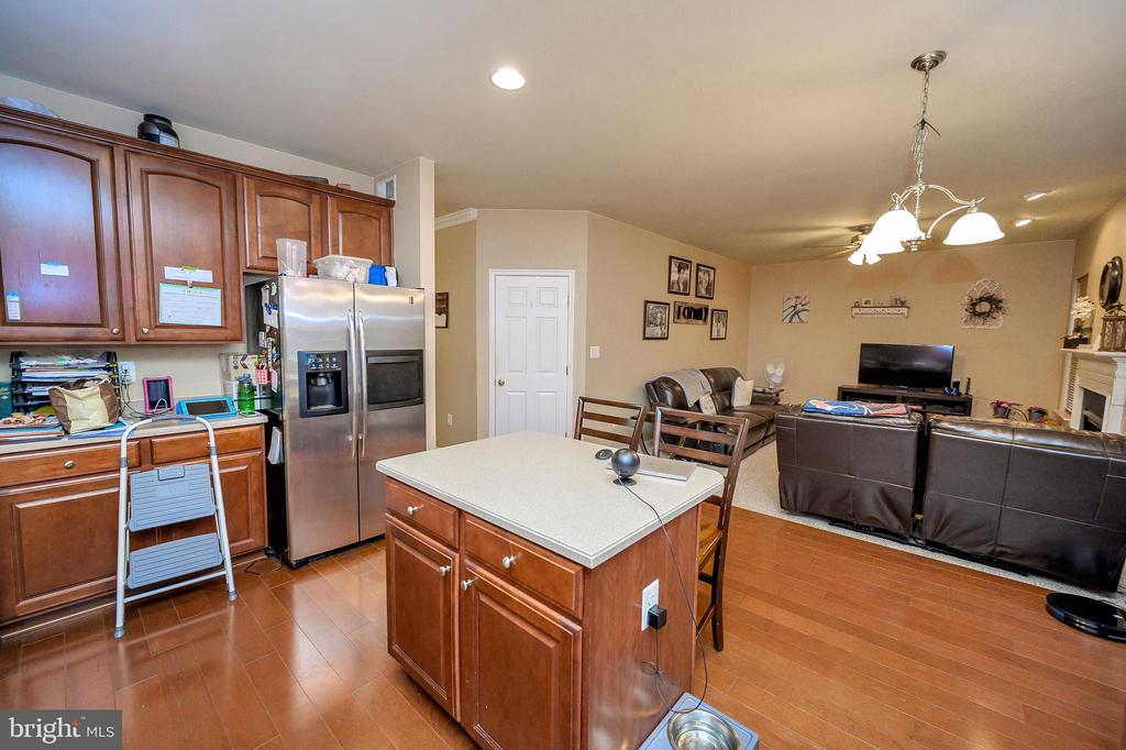 Kitchen w/ Corian Counter Tops & SS Appliances - 100 HOLMES ST, STAFFORD