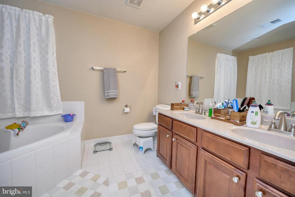 Master Bath with Soaking Tub - 100 HOLMES ST, STAFFORD