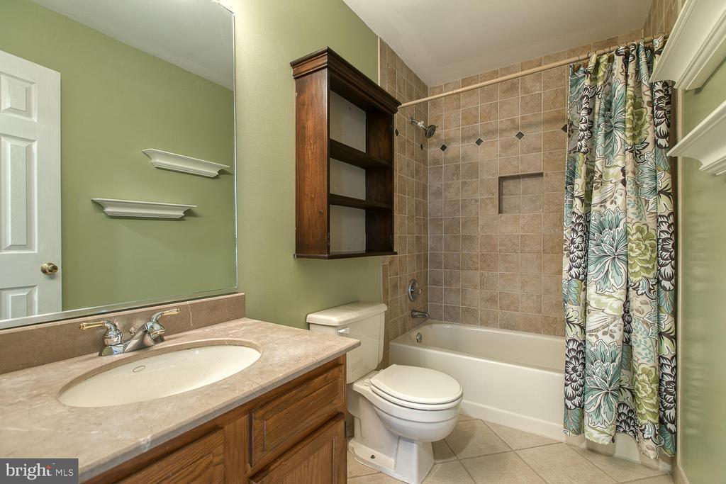 Updated hall bath - 3220 TITANIC DR, STAFFORD