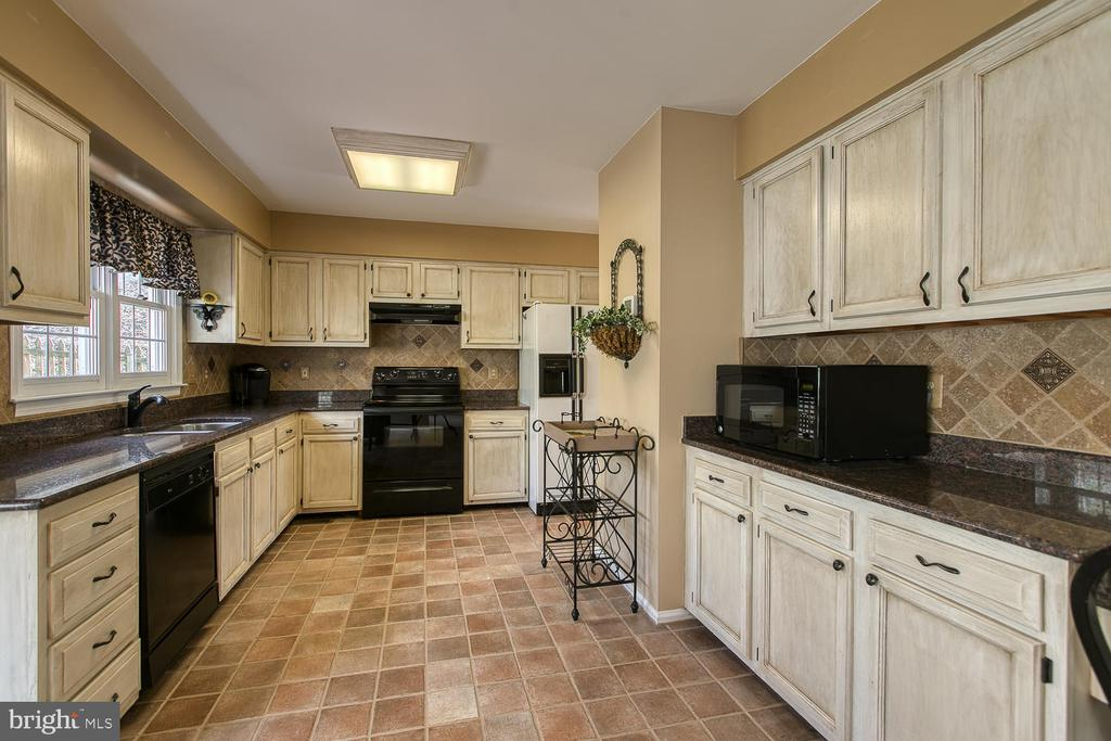 Updated kitchen and Quarry tile floor - 3220 TITANIC DR, STAFFORD