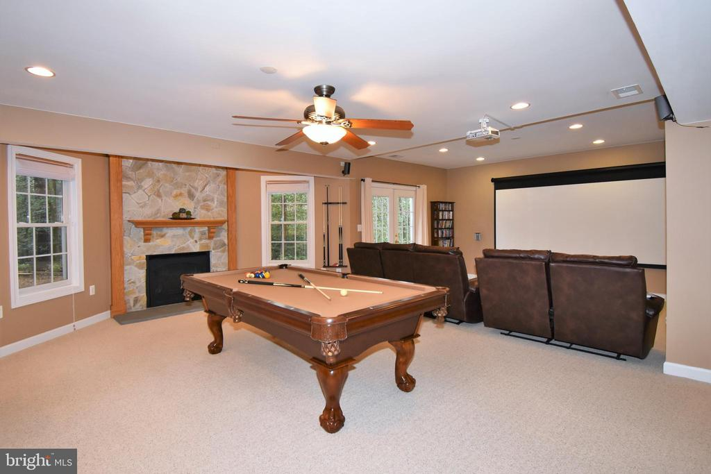 Spacious lower level with fire place - 1590 MONTMORENCY DR, VIENNA