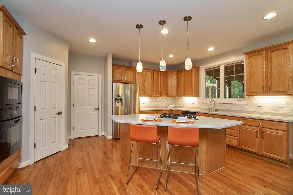 Open kitchen with plenty of counter space - 1590 MONTMORENCY DR, VIENNA