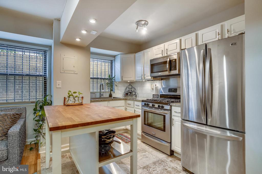 Recently updated w/French door frig, gas range - 1801 CLYDESDALE PL NW #224, WASHINGTON