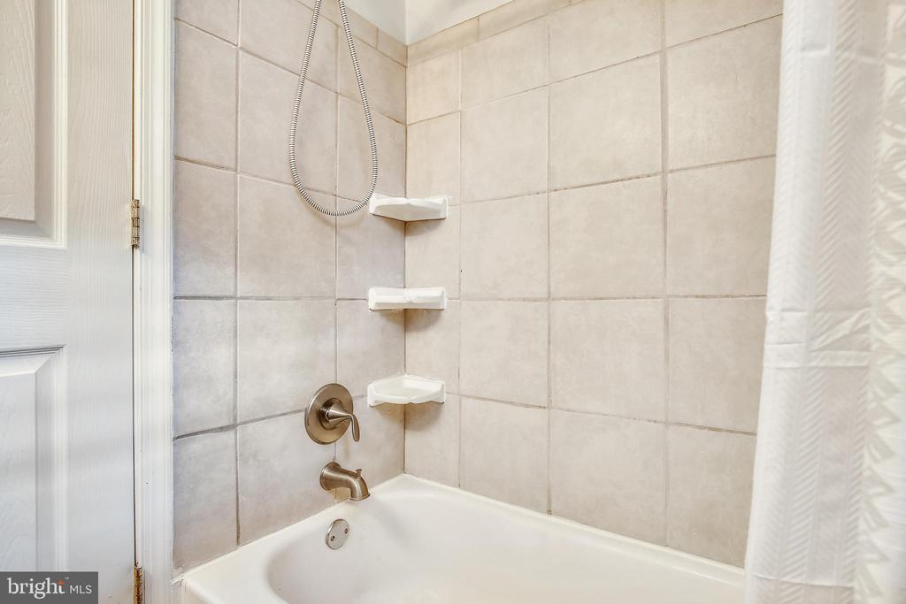 Tub/shower with tile surround - 1801 CLYDESDALE PL NW #224, WASHINGTON